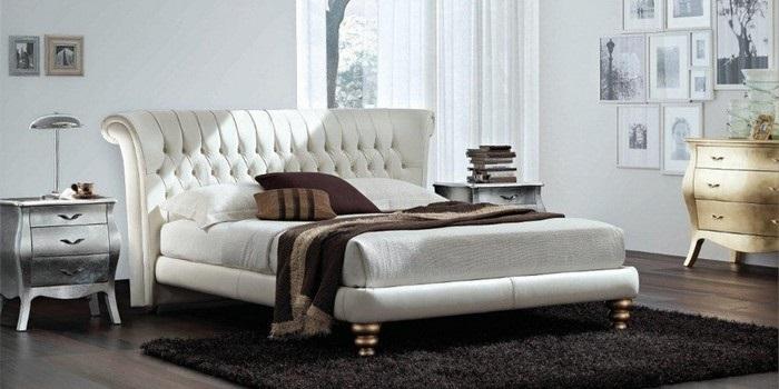 Legno, ferro o imbottito: il letto per la camera classica